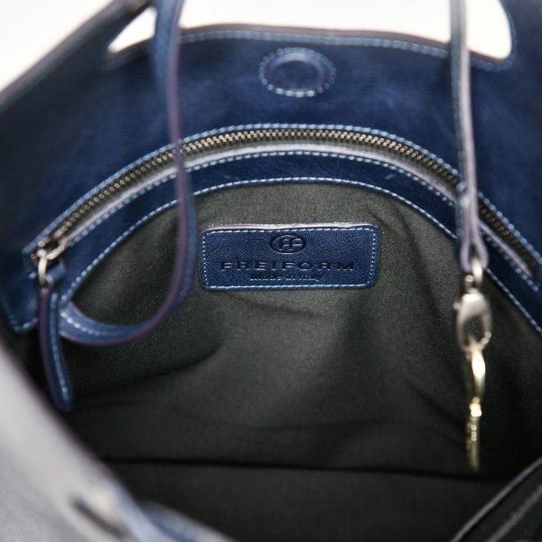 FIFTY Tasche in Blau mit puristischem, zeitlosem Design. Die Tasche ist sowohl Handtasche, Umhängetasche und crossbody Tasche. Handgefertigt aus pflanzlich gegerbtem Rindsleder.